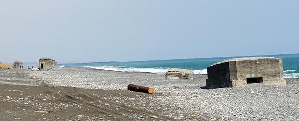 ウミガメのように見える海岸線に点在するトーチカ