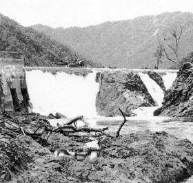 破損したダム