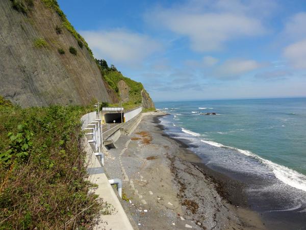 岩山と海の間はとても狭い